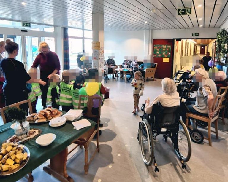 Vesleparken barnehage besøker Brumunddal sykehjem