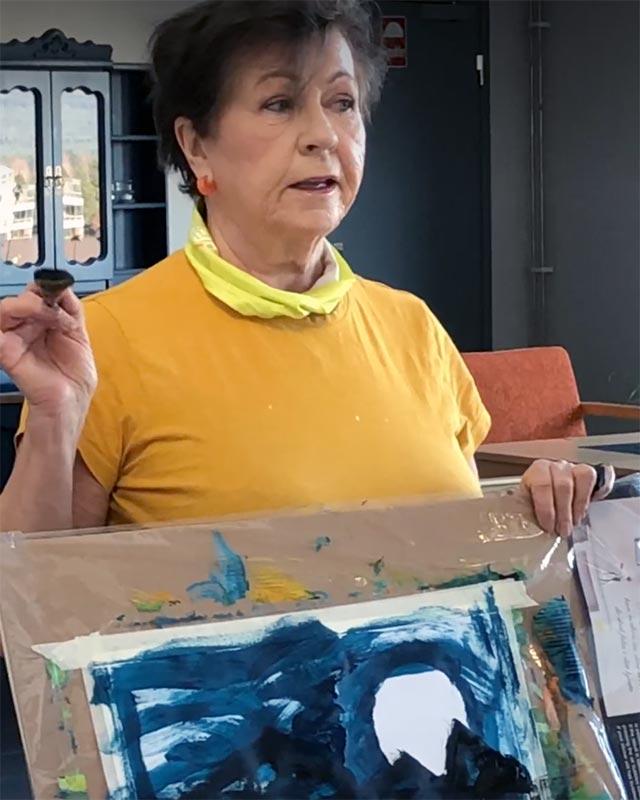 Kerstin Birkheim har malestund med alle på Grønlivegen bofellesskap