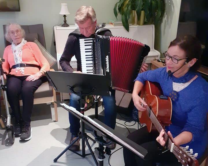 Grethe Kvingedal og Kåre Dale synger for beboerne på Sørbyen omsorgssenter