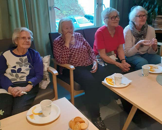 Mona Vandraas baker kake til beboerne på Sørbyen omsorgssenter