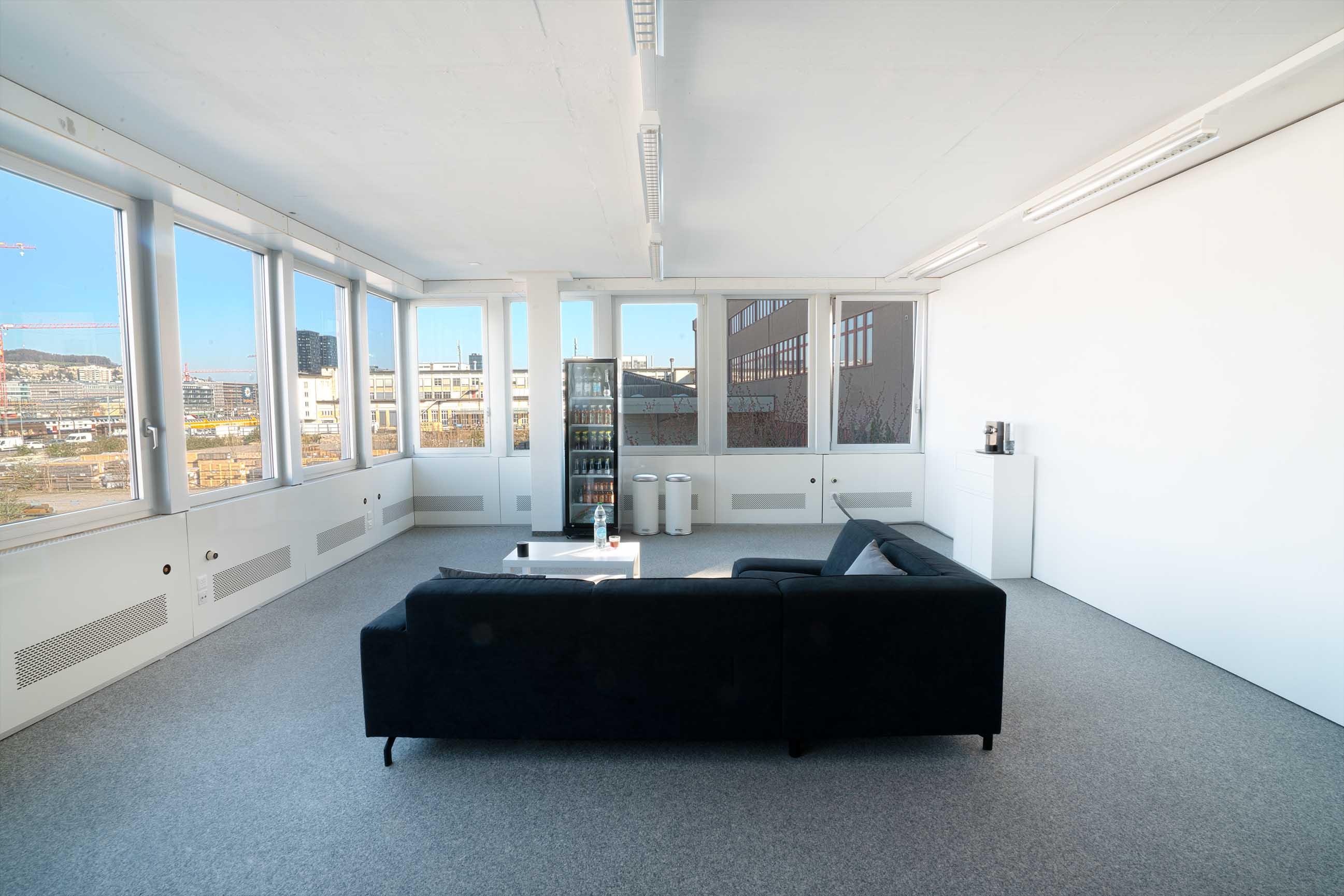 Nehmen Sie sich Zeit und machen Sie in unserer Lounge eine Pause. Sofa, Kühlschrank, Gratis, Google Office, Fortune 500 büro, dezeen, coworking