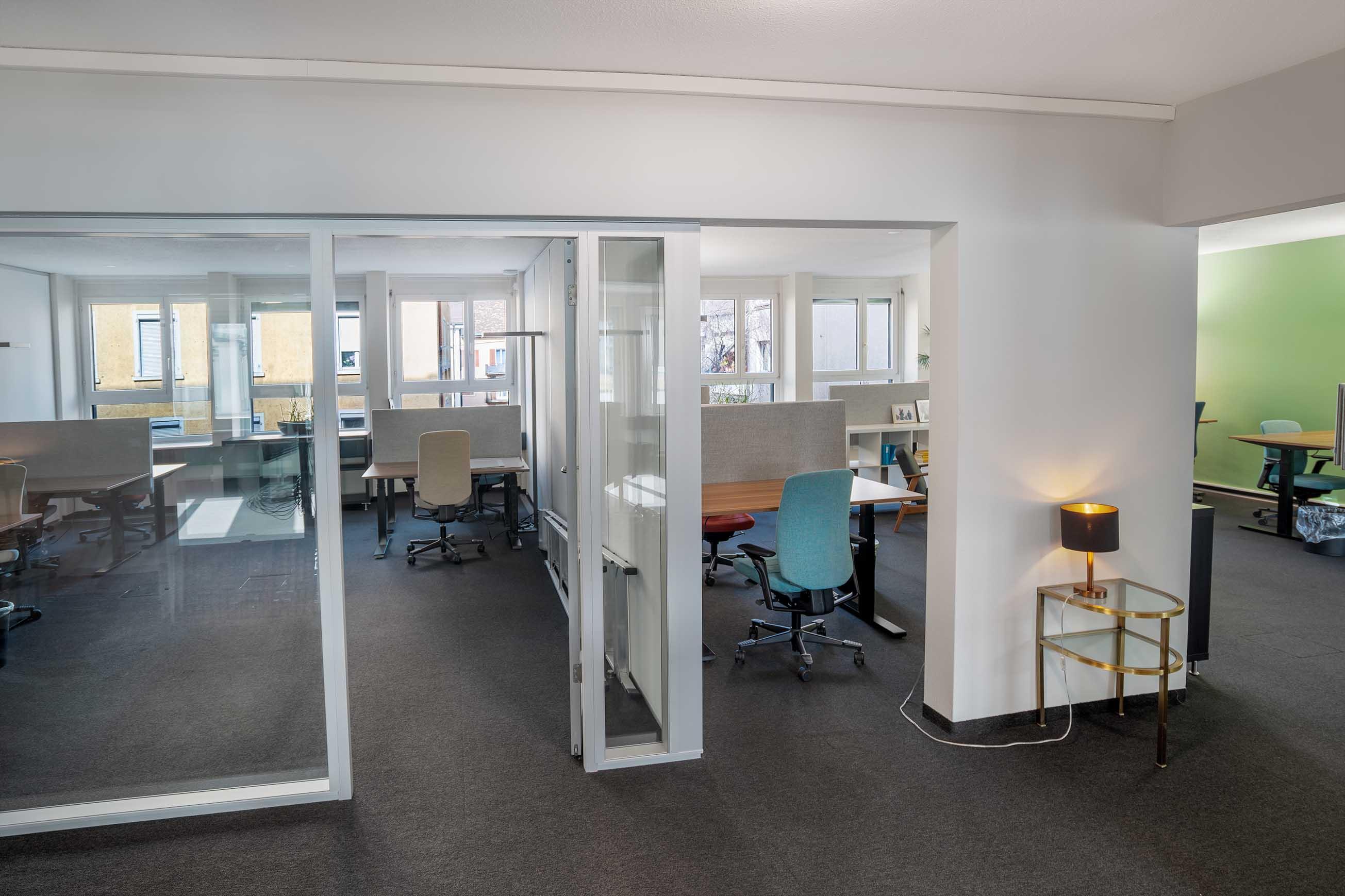 meetingroom in einem coworking shared office, bürogemeinschaft, arbeitsplätze mieten und vermieten