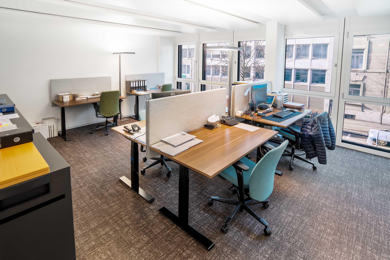 Arbeitsplätze in einem zweierbüro, stehtische, büro mieten. Stadt zürich shared office, private space, atelier gemeinschaft.