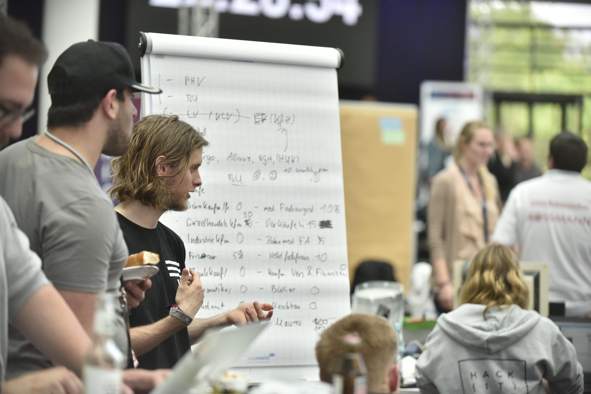 Kevin von Ignaris erklärt die Datenstruktur für ein Machine Learning Modell - Foto: www.scheffen.de
