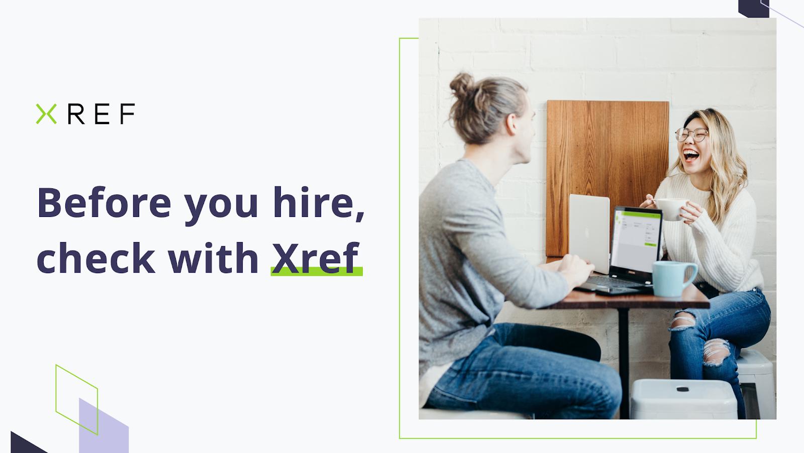 Xref -logo, mann og kvinne ved bordet, drikker te, bærbar datamaskin med plattform