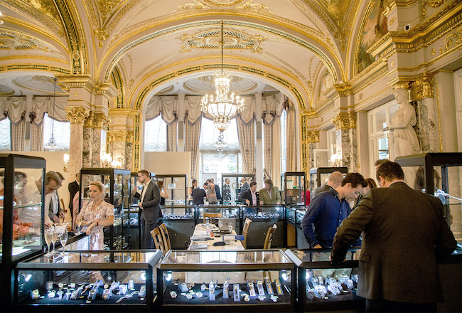 Photo d'une vente d'Antiquorum dans un magnifique palais