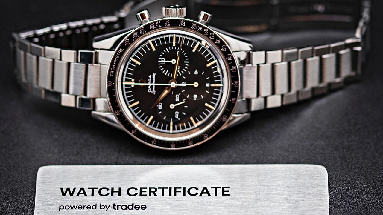 Omega Speedmaster avec devant un Watch Certificate Steel