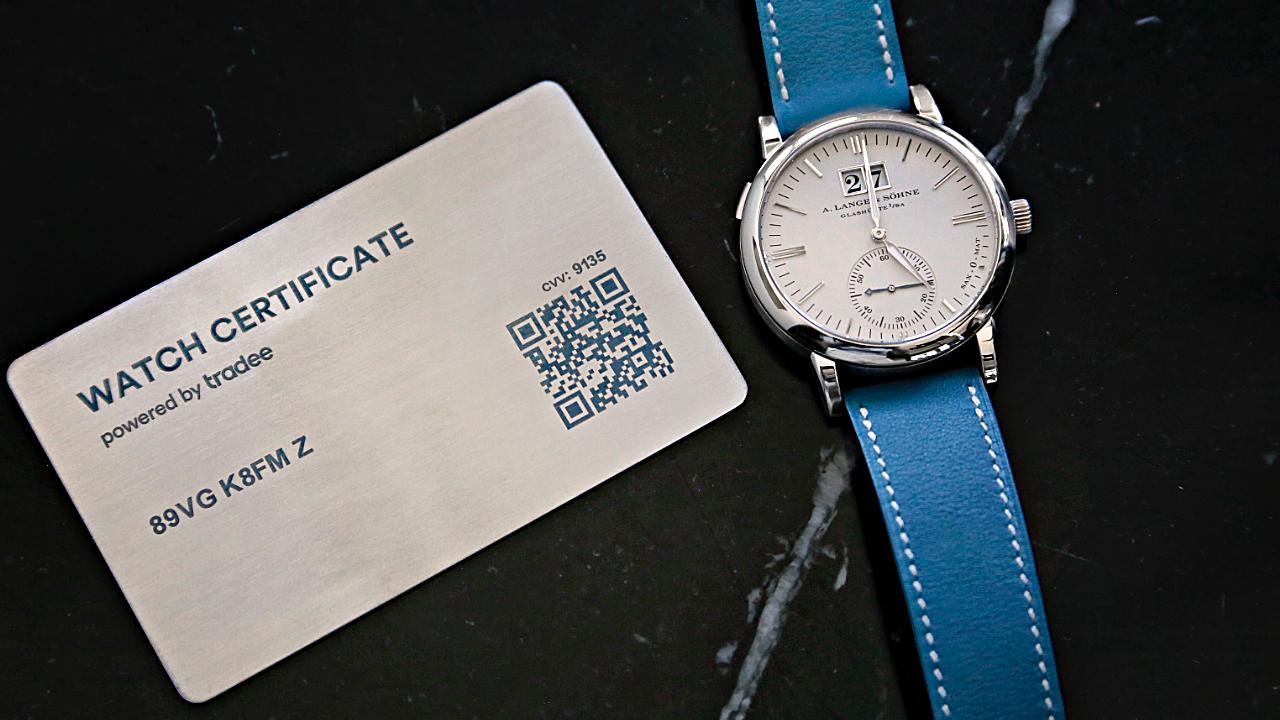Montre A. Lange & Söhne avec à gauche son Watch Certificate Steel