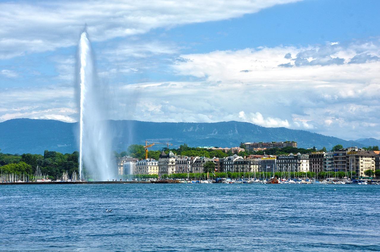 Photo du lac de Genève avec en arrière plan les montagnes