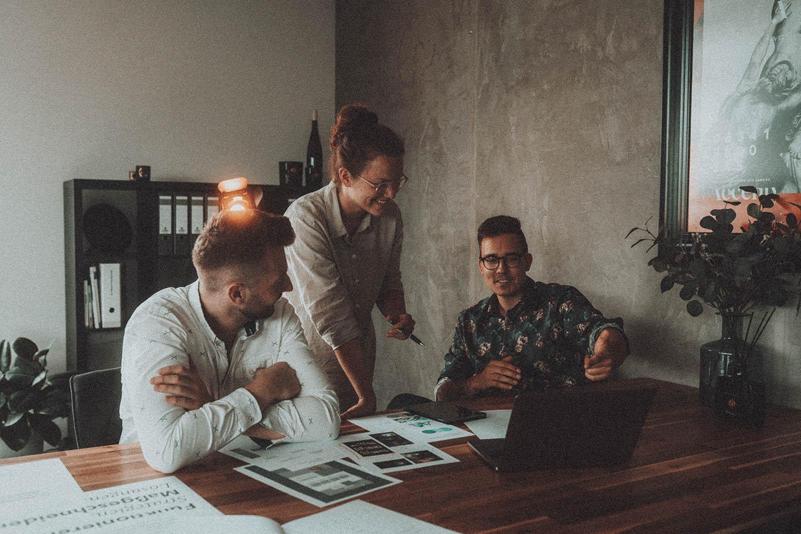 Durch fundierte Analysen und Marketingbausteine legen wir realistische Ziele fest und formulieren eine Strategie mit allen notwendigen Maßnahmen. Diese Strategie ist das Fundament einer langfristigen Betreuung und Zusammenarbeit für Ihren Unternehmenserfolg.