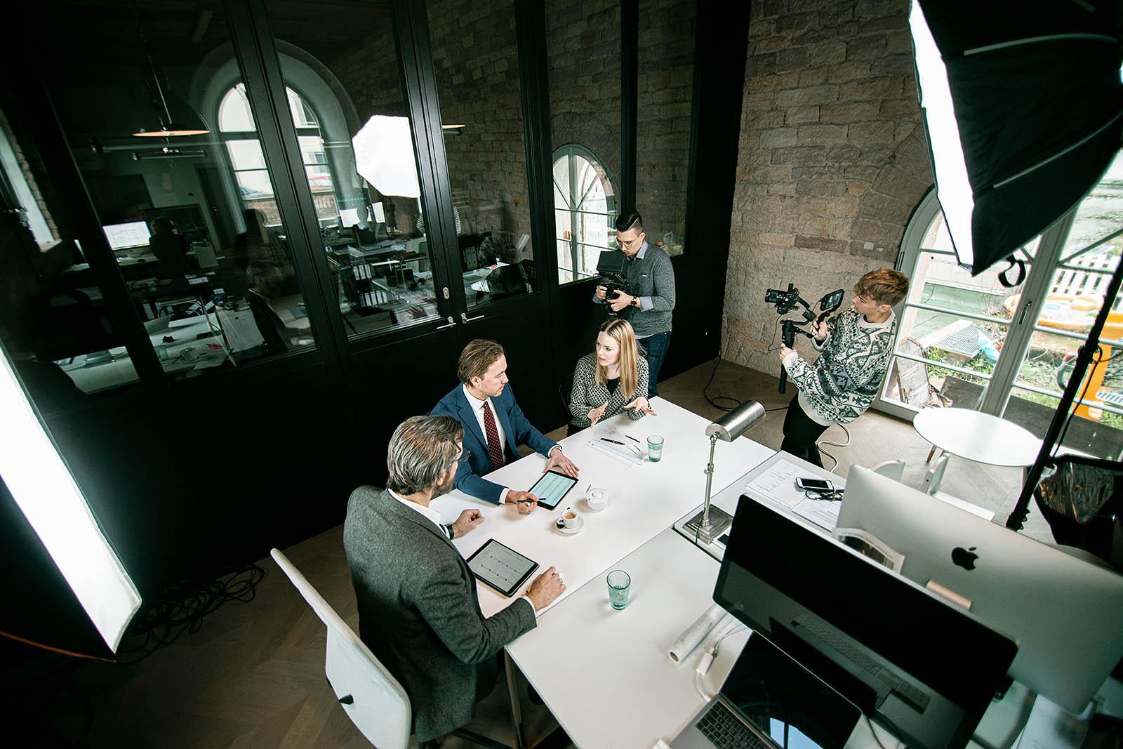 Egal, ob Imagefilm, Produktfotografie, Mitarbeiter-Shootings, Kinowerbung oder Bildbearbeitung. Für jede Anforderung definieren wir gemeinsam alle wichtigen Schritte für eine erfolgreiche Realisierung Ihres Projektes. Wir übernehmen sowohl die Konzeption und Produktion, als auch den Schnitt & die Bearbeitung.