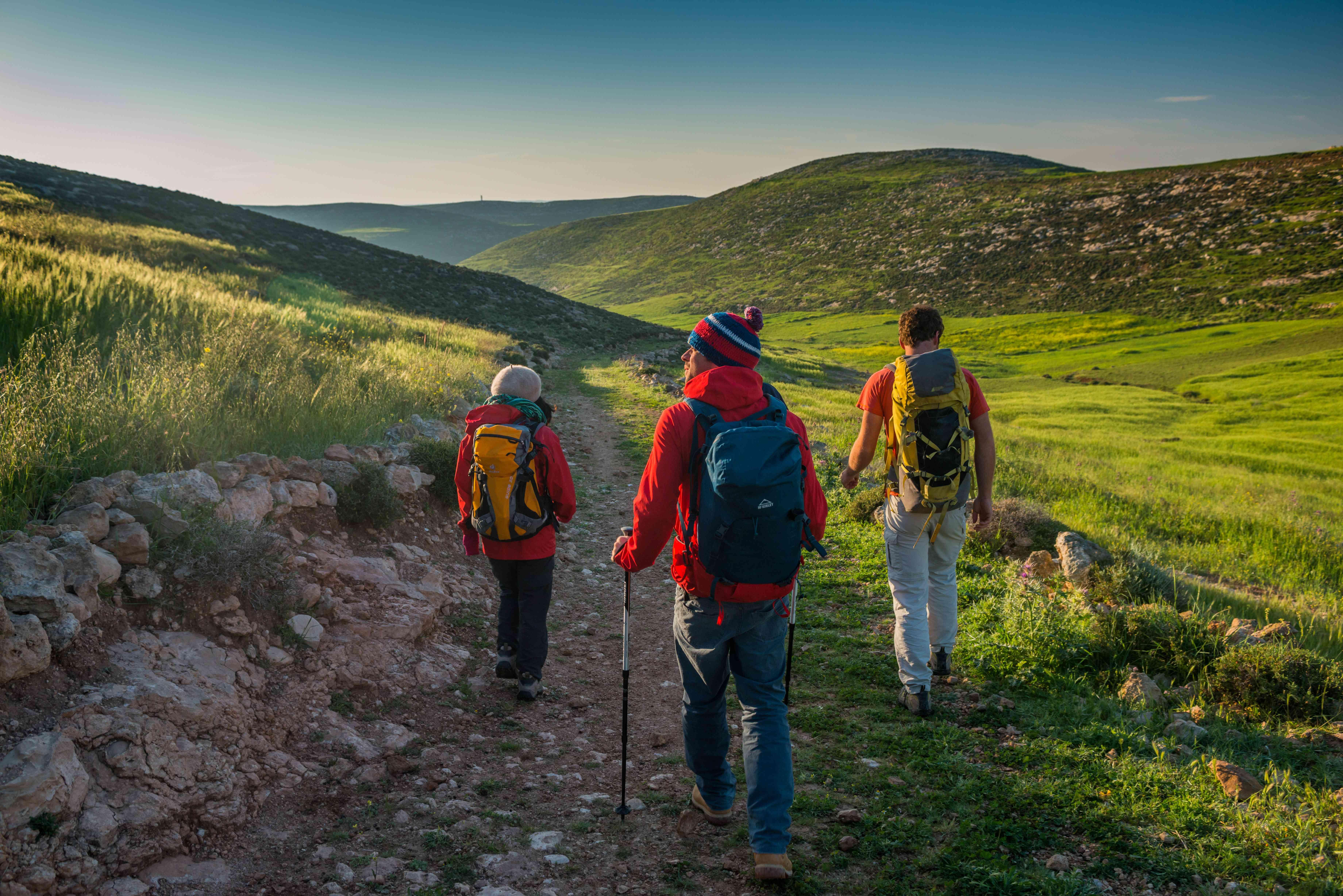 Scalatori che camminano verso la falesia in Palestina
