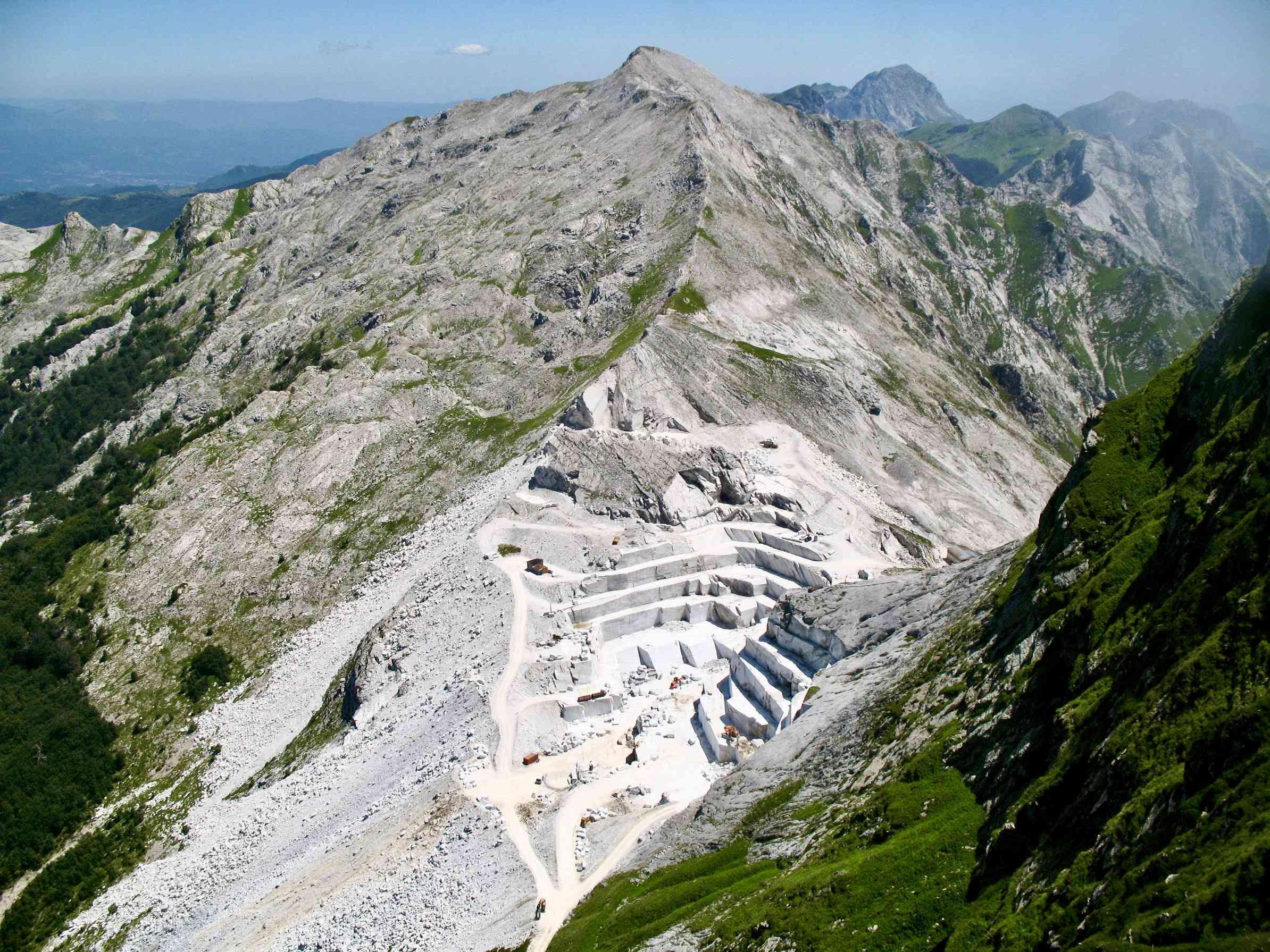Un'inquadratura lunga della miniera di Monte Cavallo
