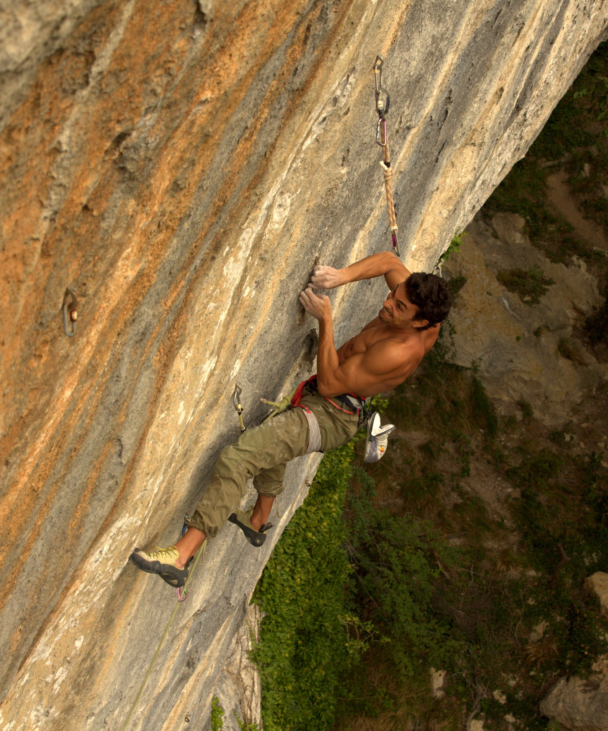 Primo piano di un arrampicatore sulla Falesia San Rocchino, Camaiore