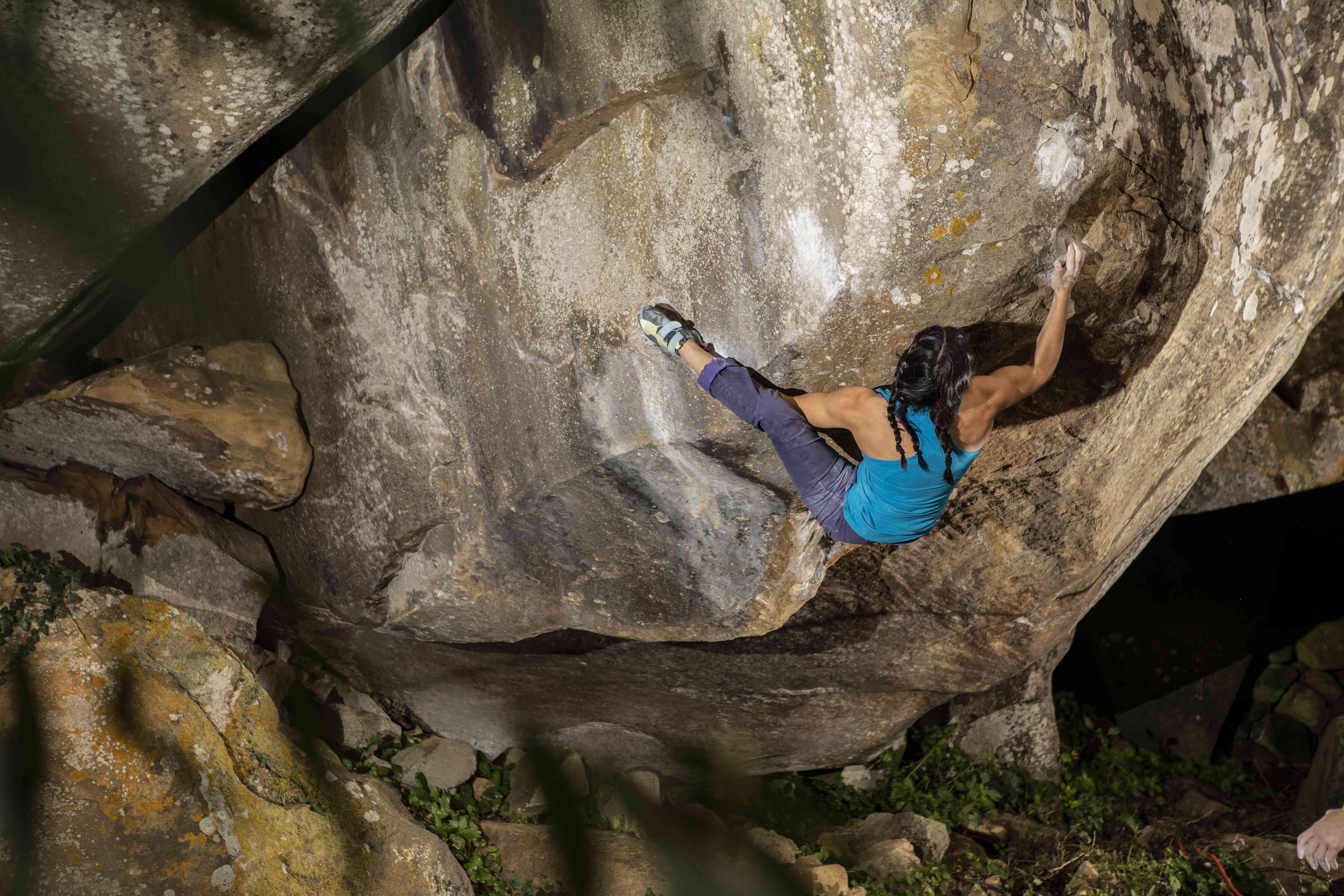 Tacco dell'arrampicatore che si aggancia a un masso nella foresta di Sorace