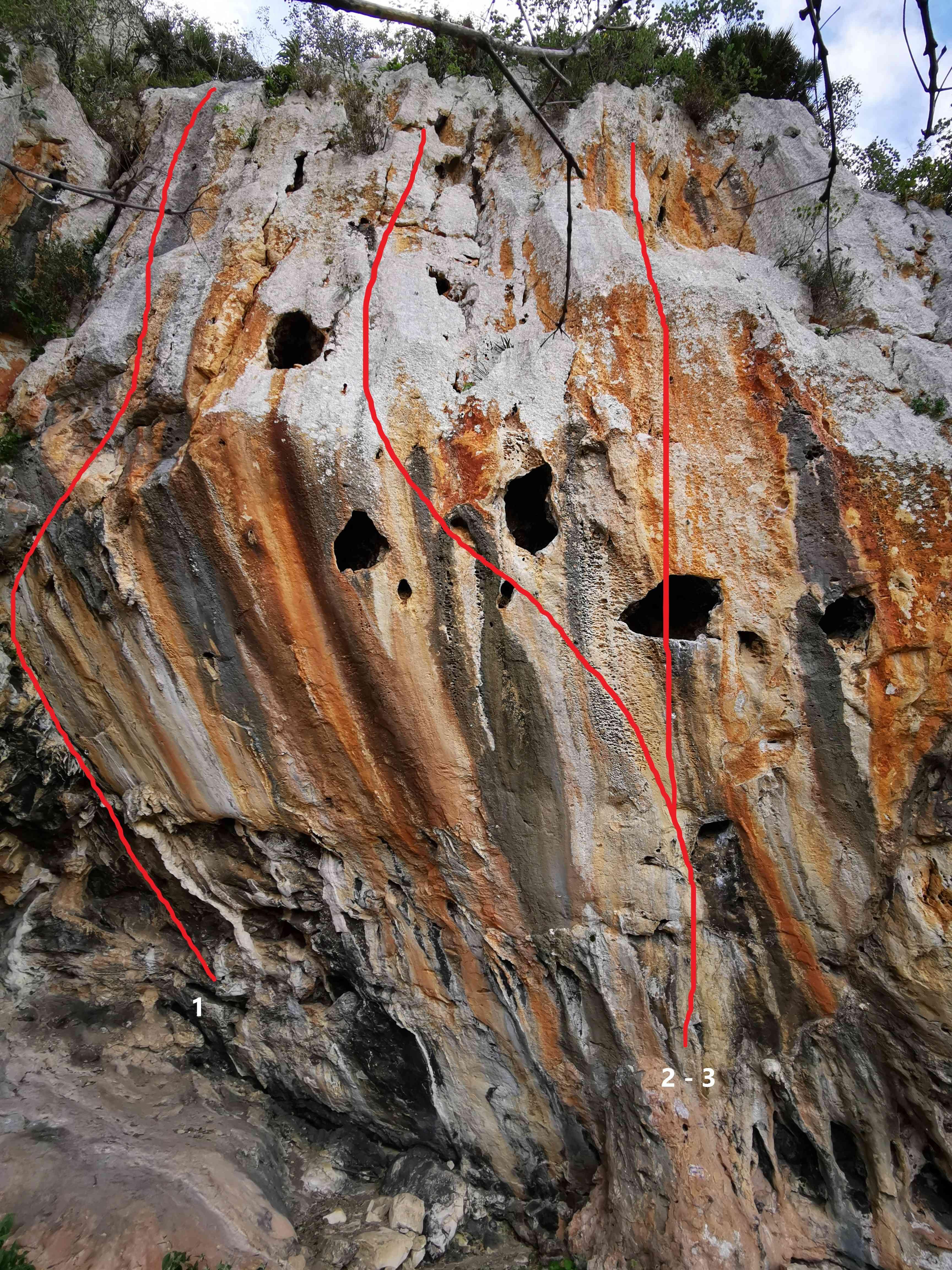 Le scogliere della Mannara con linee rosse che denotano i percorsi