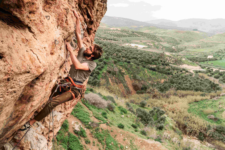 Primo piano di una persona che fa arrampicata sportiva a Iribid