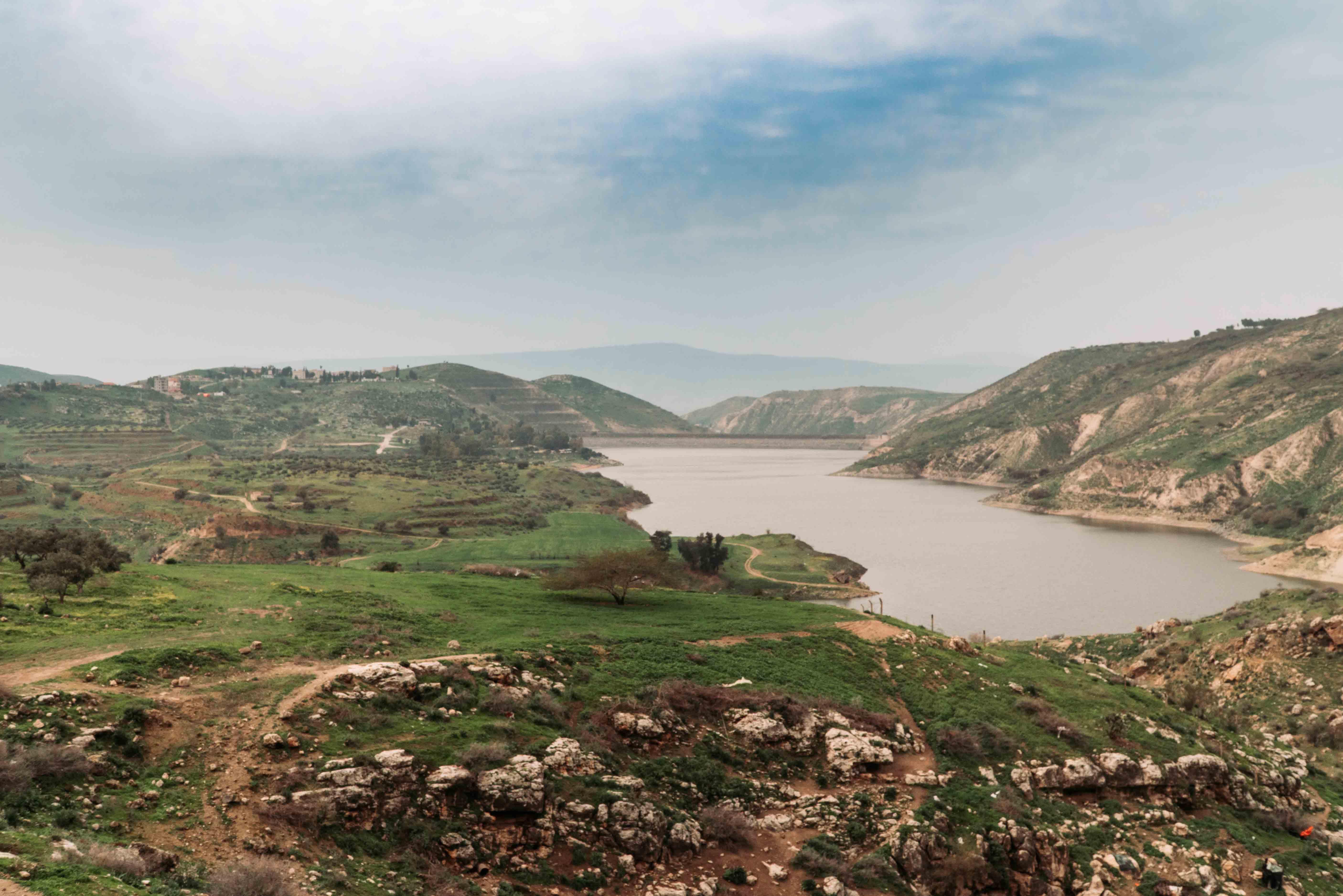 Un'inquadratura del lago di Iribid e della grangia circostante