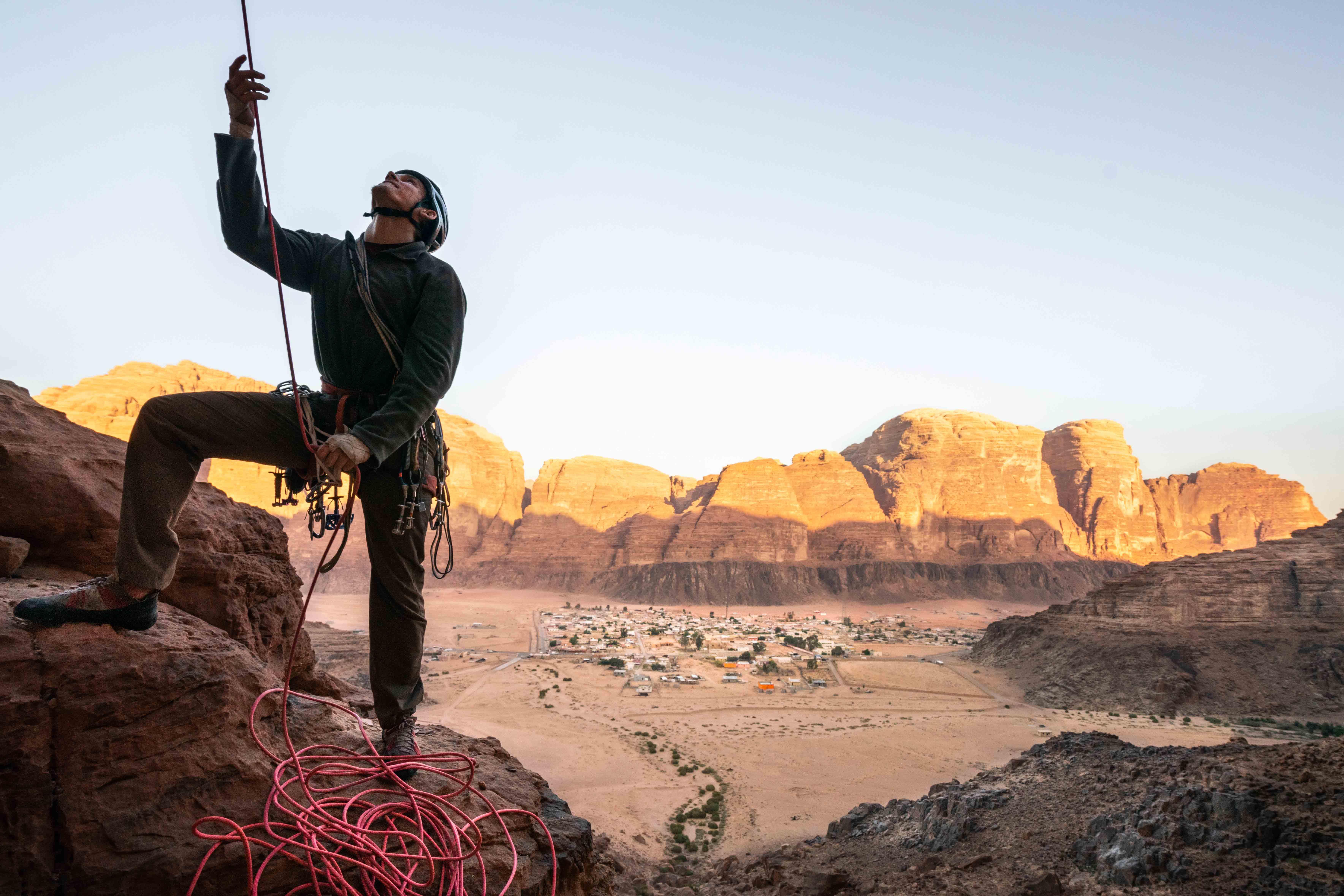 Un primo piano di una persona che si assicura con il deserto giordano alle spalle