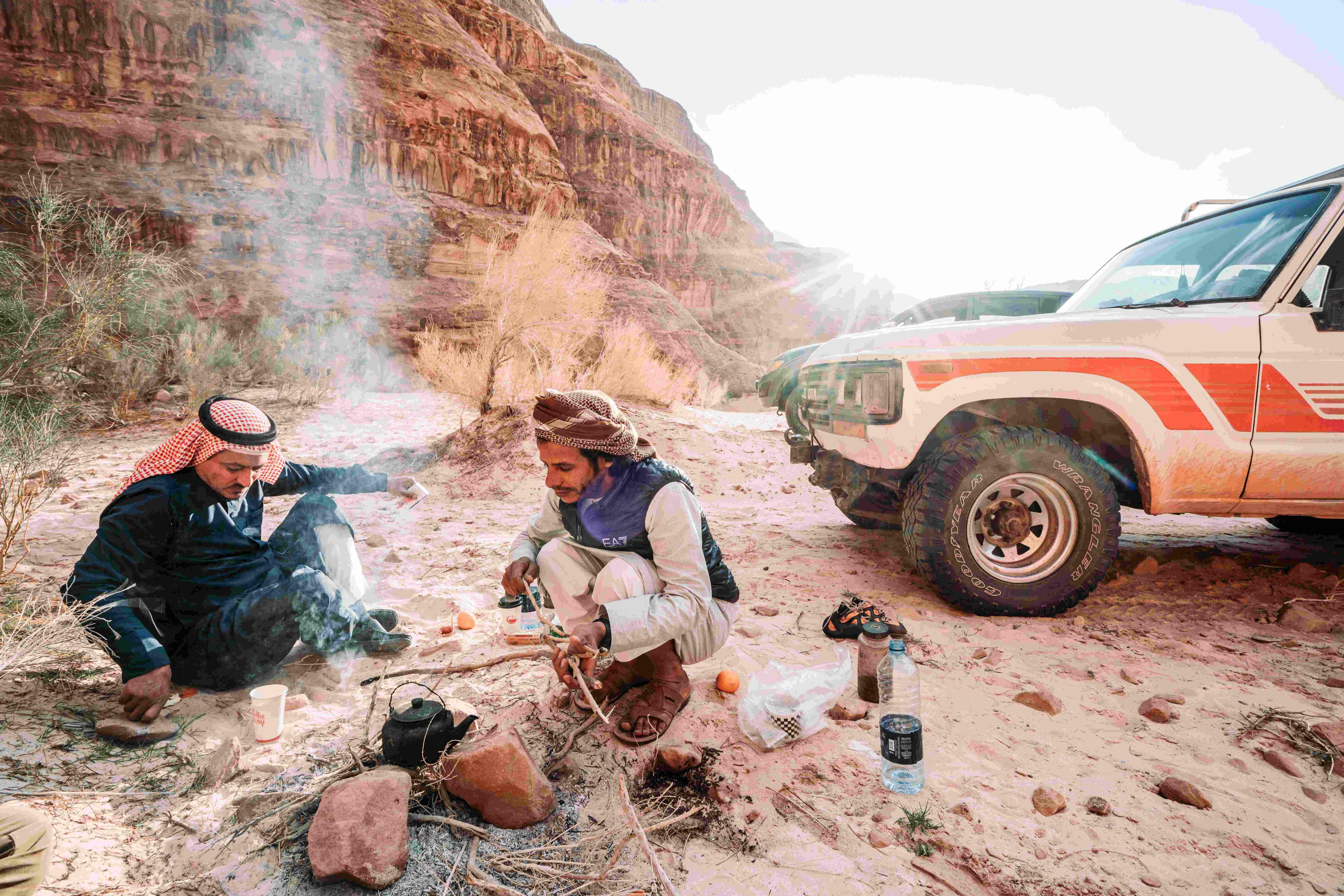 Troppe persone che cucinano con un fuoco aperto nel deserto della Giordania