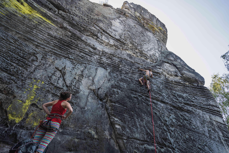 Assicuratore e scalatore in partenza su una via nella Repubblica Ceca