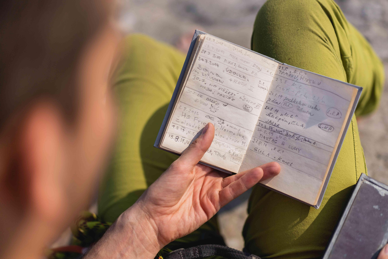Una persona che guarda un libro, la scrittura è illeggibile