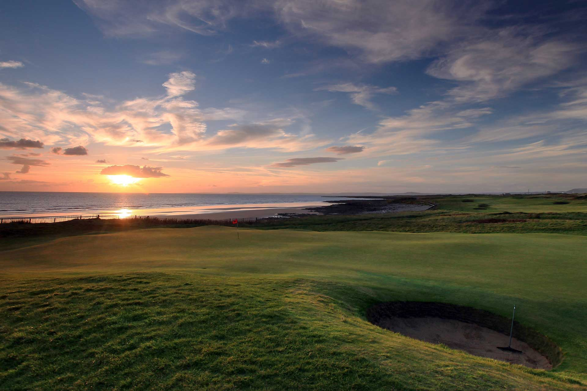 Gosodiad yr haul dros Glwb Golff Brenhinol Porthcawl