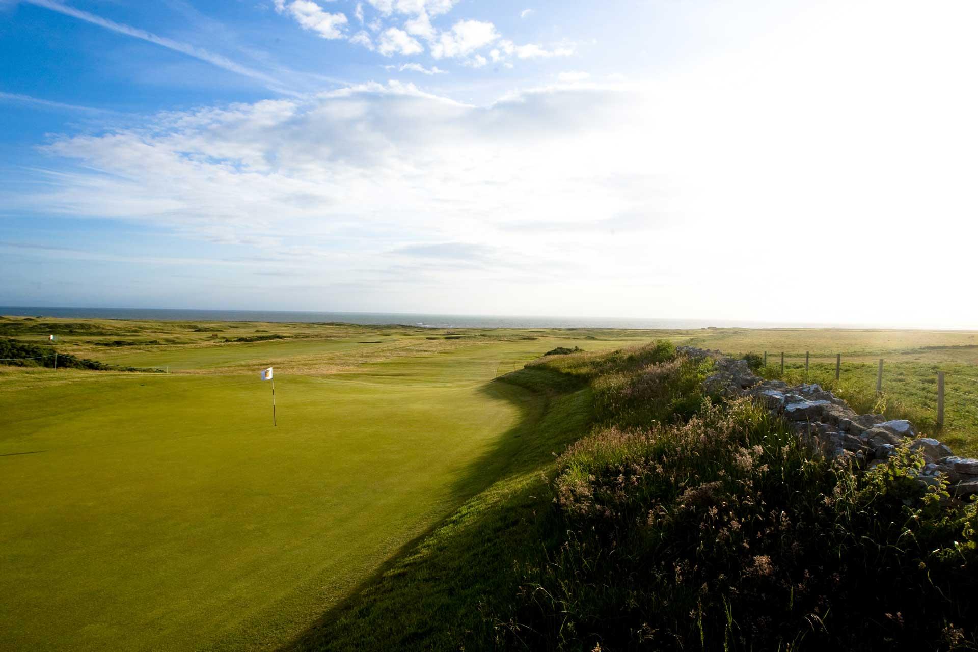 Golygfeydd pellgyrhaeddol yng Nghlwb Golff Brenhinol Porthcawl