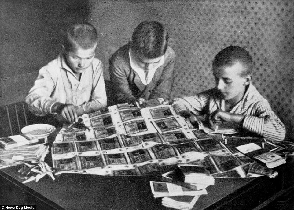 Robienie latawców z banknotów przez dzieci