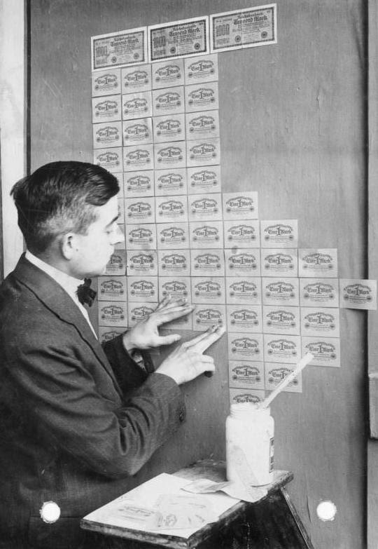 Mężczyzna używający banknotów zamiast tapety