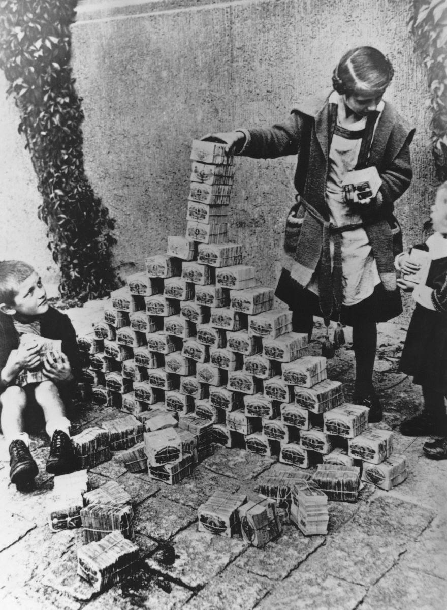 Dzieci bawiące się ogromną ilością pieniędzy