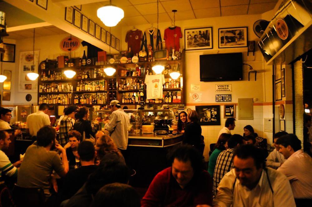 Quem mora na Chácara Klabin está rodeado de ótimas opções gastronômicas do próprio bairro e das regiões vizinhas. Como o bar Veloso, conhecido por seus drinks e coxinhas, que fica na Vila Mariana.]