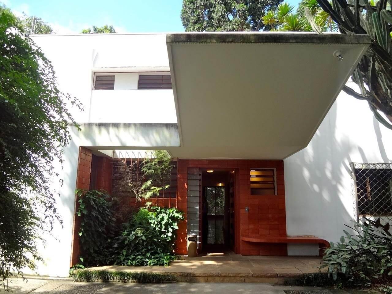 Construída em 1927, na Chácara Klabin, a Casa Modernista foi a primeira construção do movimento no Brasil e hoje abriga um acervo e um parque, aberto à visitação.