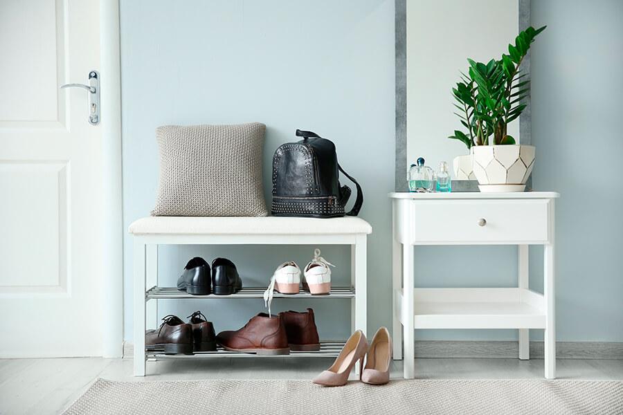 """Ter um espaço na entrada do apartamento para se colocar os sapatos faz parte das tendências de decoração para apartamento que o """"novo normal"""" trouxe."""
