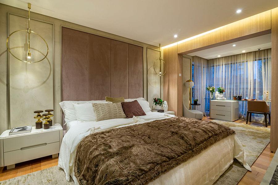 Suíte principal do apartamento decorado de 173m² do One Park Perdizes, um empreendimento da Lavvi Incorporadora.