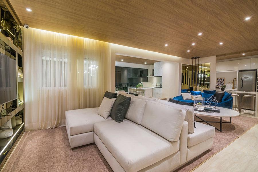 Vista da sala do apartamento decorado de 105m² do Wonder by Praças da Cidade, um empreendimento da Lavvi Incorporadora.