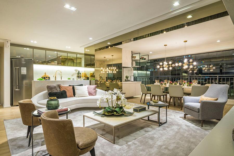 Vista das salas de estar e jantar do apartamento decorado de 121m² do Wonder by Praças da Cidade, um empreendimento da Lavvi Incorporadora.
