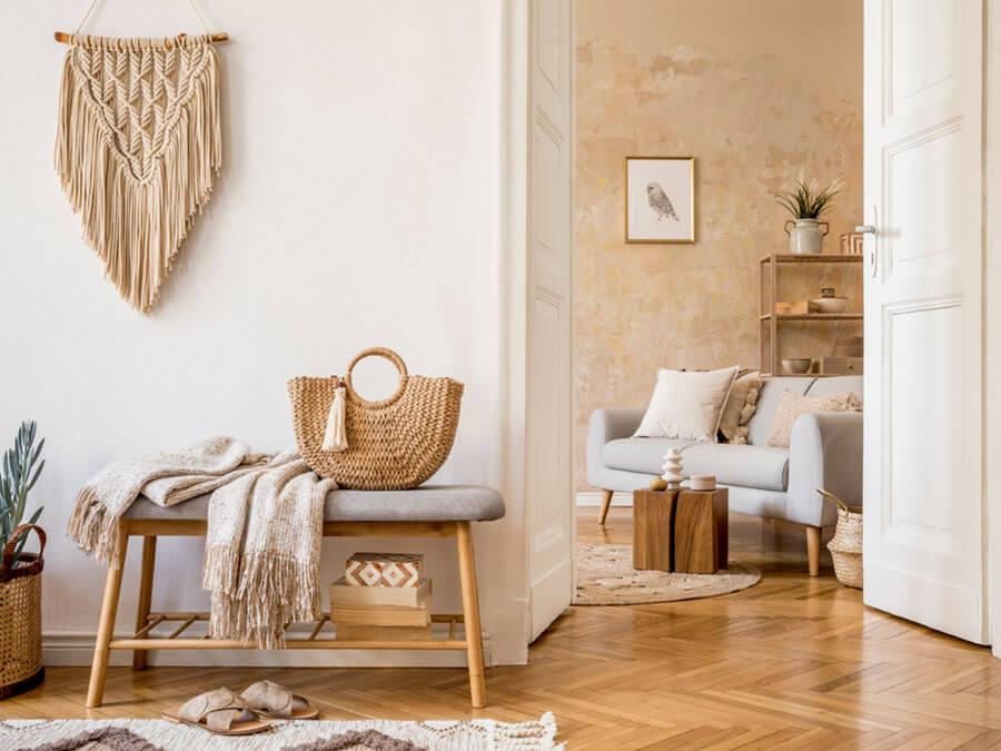 Uma ótima tática para decorar apartamentos pequenos é usar em móveis multiuso. Por exemplo, um banco que serve de lugar para festas e aparador de entrada. Essa e outras dicas, você encontra no Blog da Lavvi
