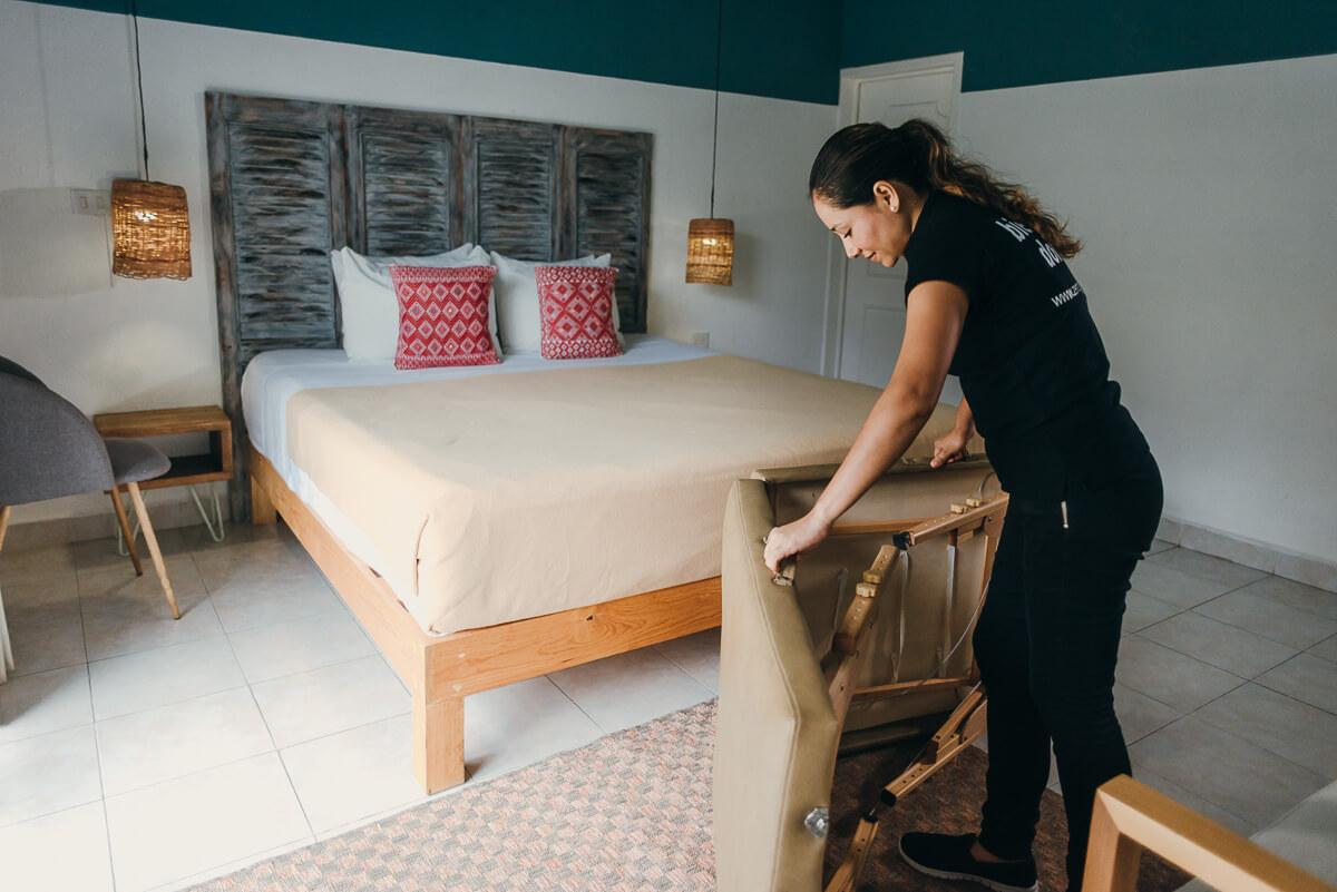 Masajista de Zen to Go dando un masaje en hotel