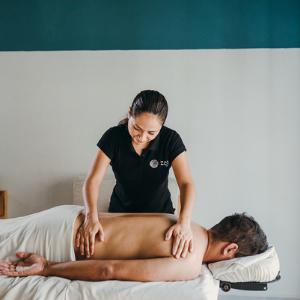 Masajista de Zen to Go dando un masaje a domicilio