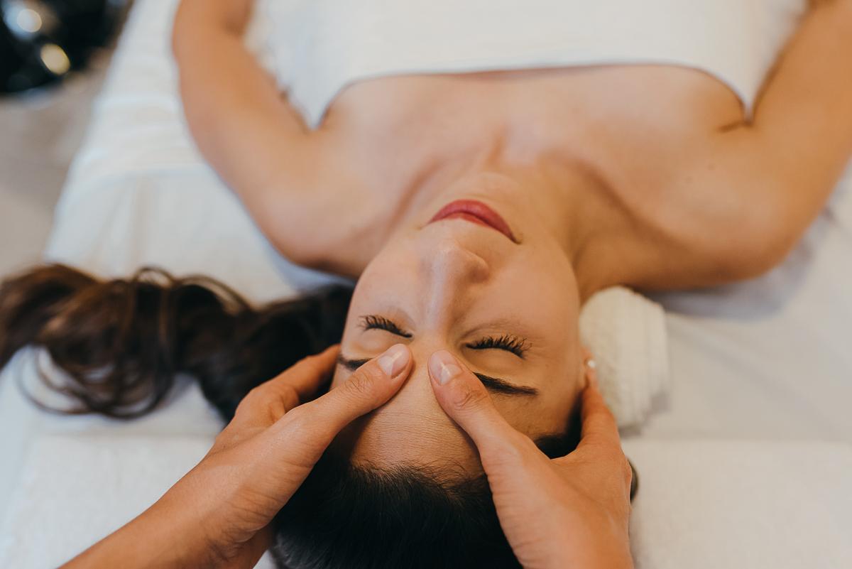 El masaje de drenaje linfático es una excelente opción para incluir en tu rutina semanal de cuidado y salud. Aquí te enseñamos a hacerlo tu mismo y en la comodidad de tu casa.