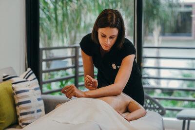 Andrea personaliza sus sesiones de masaje con música especial y aromaterapia. Ha trabajado en hoteles de lujo y es terapeuta independiente. Andrea es diseñadora industrial y actualmente está estudiando soundhealing.