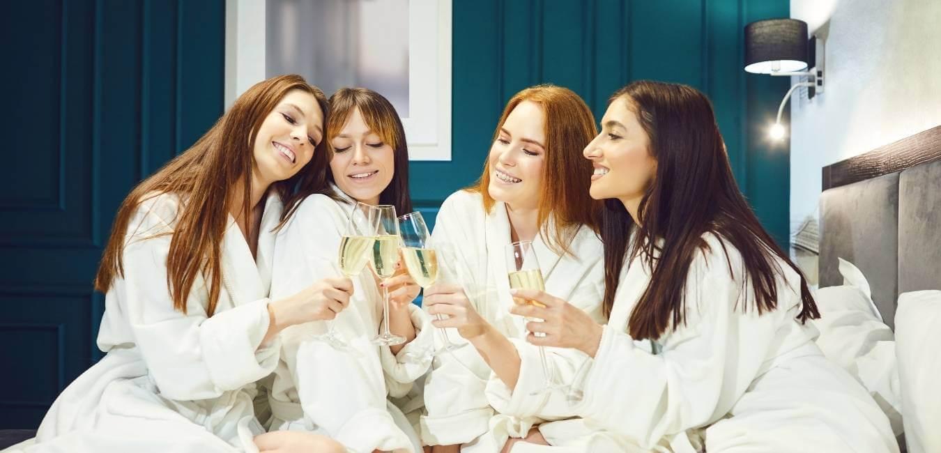 Organizar una Spa party para despedidas de soltera, celebrar un cumpleaños o simplemente una reunión de amigas diferente, es algo cada vez más popular, y es que ¿qué mejor actividad para relajarse, reír con las amigas, crear recuerdos y consentirse, que tener masajes a domicilio para todas?