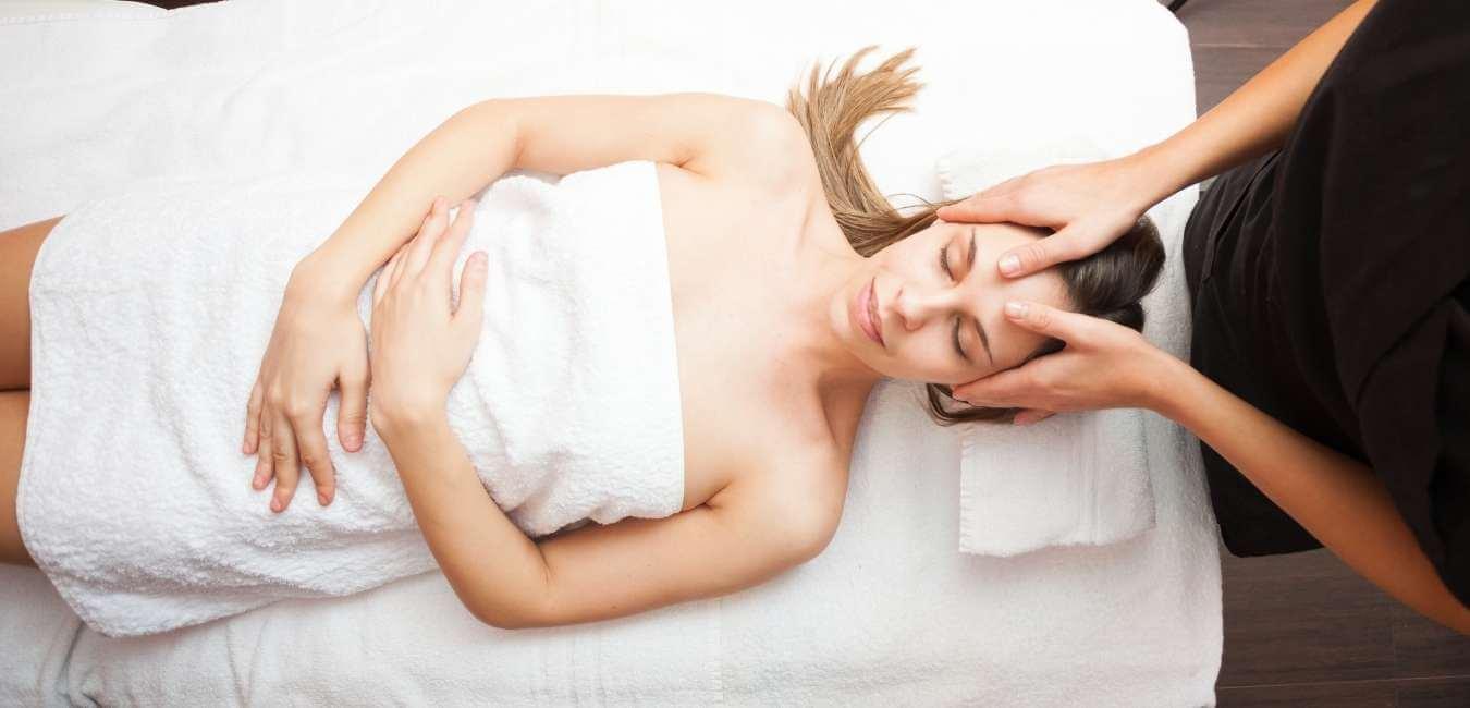 Los masajes postoperatorios pueden aliviar las molestias y el dolor de los pacientes que se someten a cualquier tipo de cirugía. Pueden ayudar al paciente a recuperarse más rápido y regresar a su vida diaria más rápidamente.