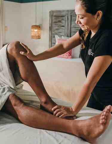 El masaje deportivo a domicilio descontractura tus músculos, optimiza tu rendimiento y trata lesiones. Agenda el tuyo en CDMX, Playa del Carmen y Cancún.