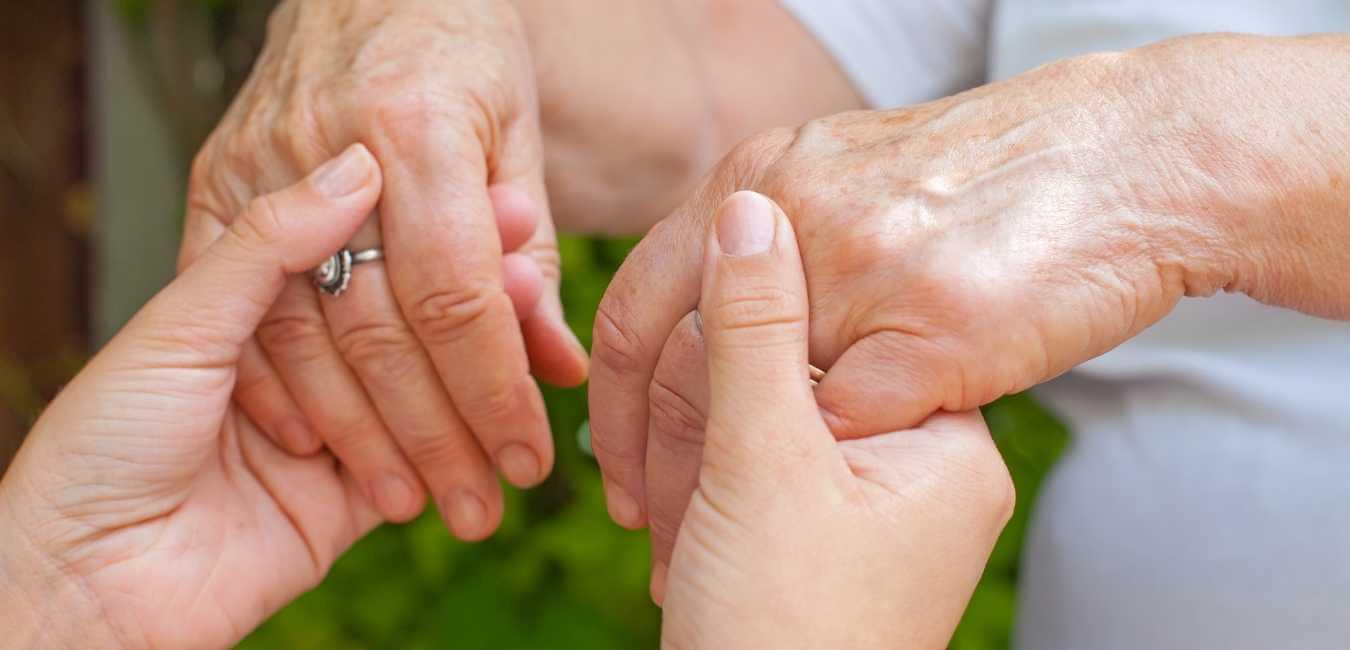 La terapia de masaje es una forma de trabajo corporal que puede ayudar a aliviar algunos de los síntomas de la enfermedad de Parkinson. El masaje puede ayudar a aumentar el flujo sanguíneo a los músculos y mejorar la circulación. También puede ayudar a reducir la inflamación y ayudar a aliviar el dolor.