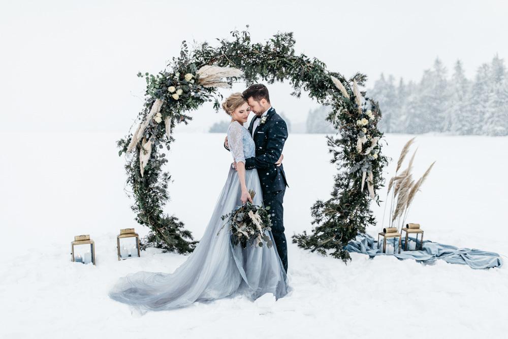 Fine Art winter bruiloft in het midden van de sneeuw