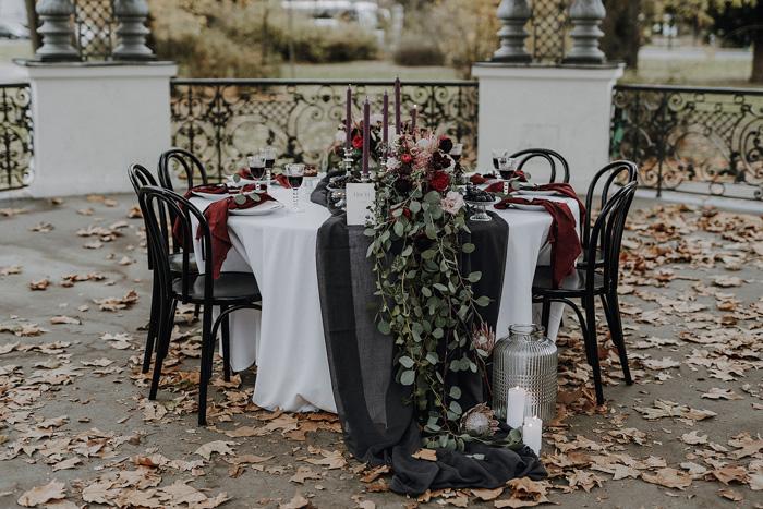 Elegante Herbsthochzeit in Beerentönen