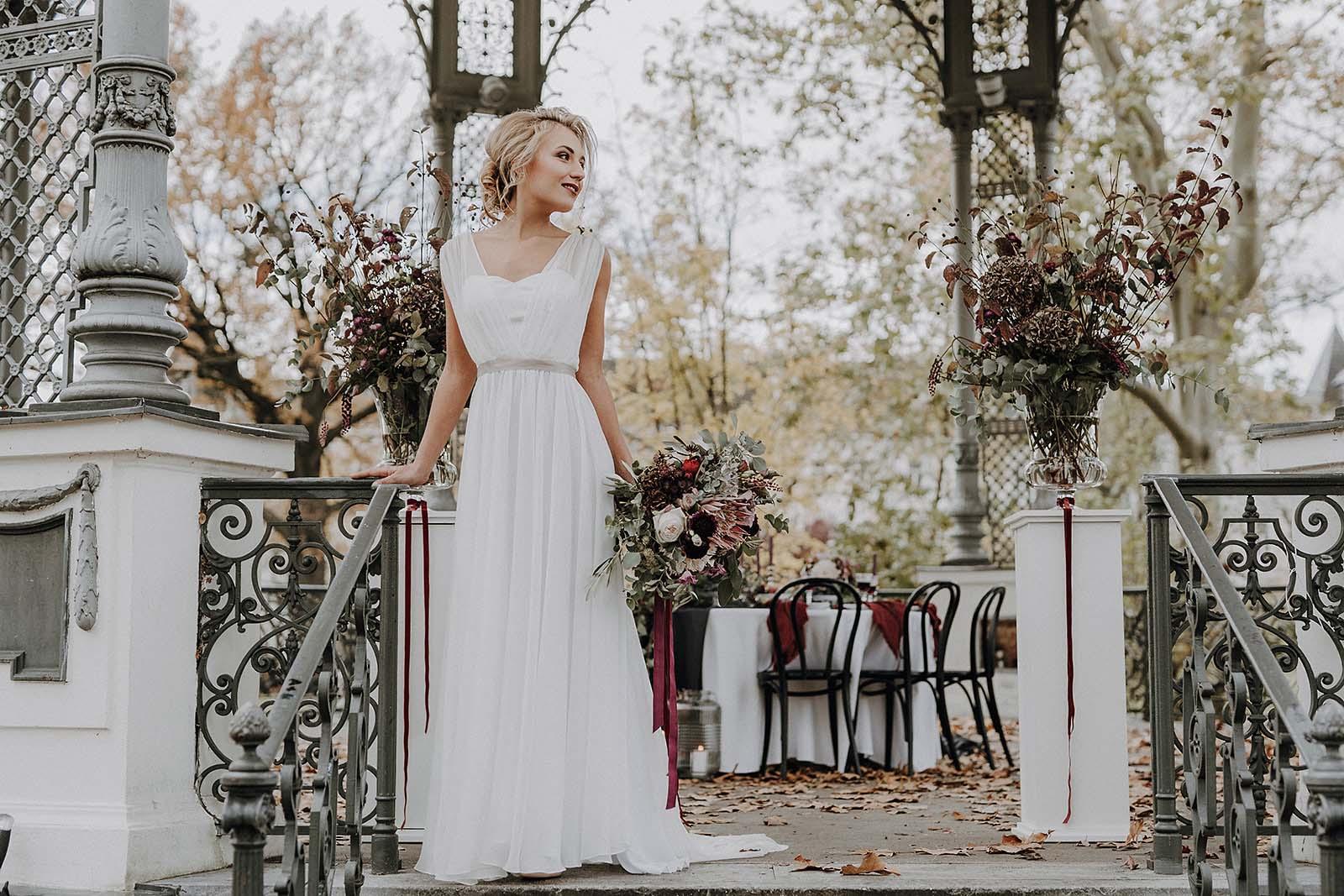 Elegante matrimonio autunnale in tonalità bacche