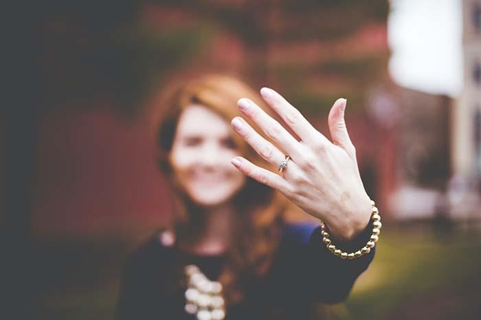 Sinistra o destra - su quale mano va l'anello?